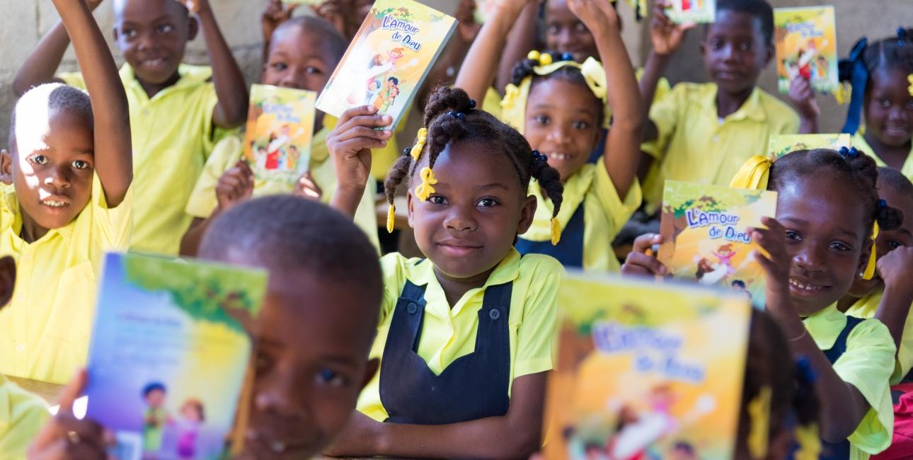 Bibler til børn på Haiti. Foto: Andrea Rhodes