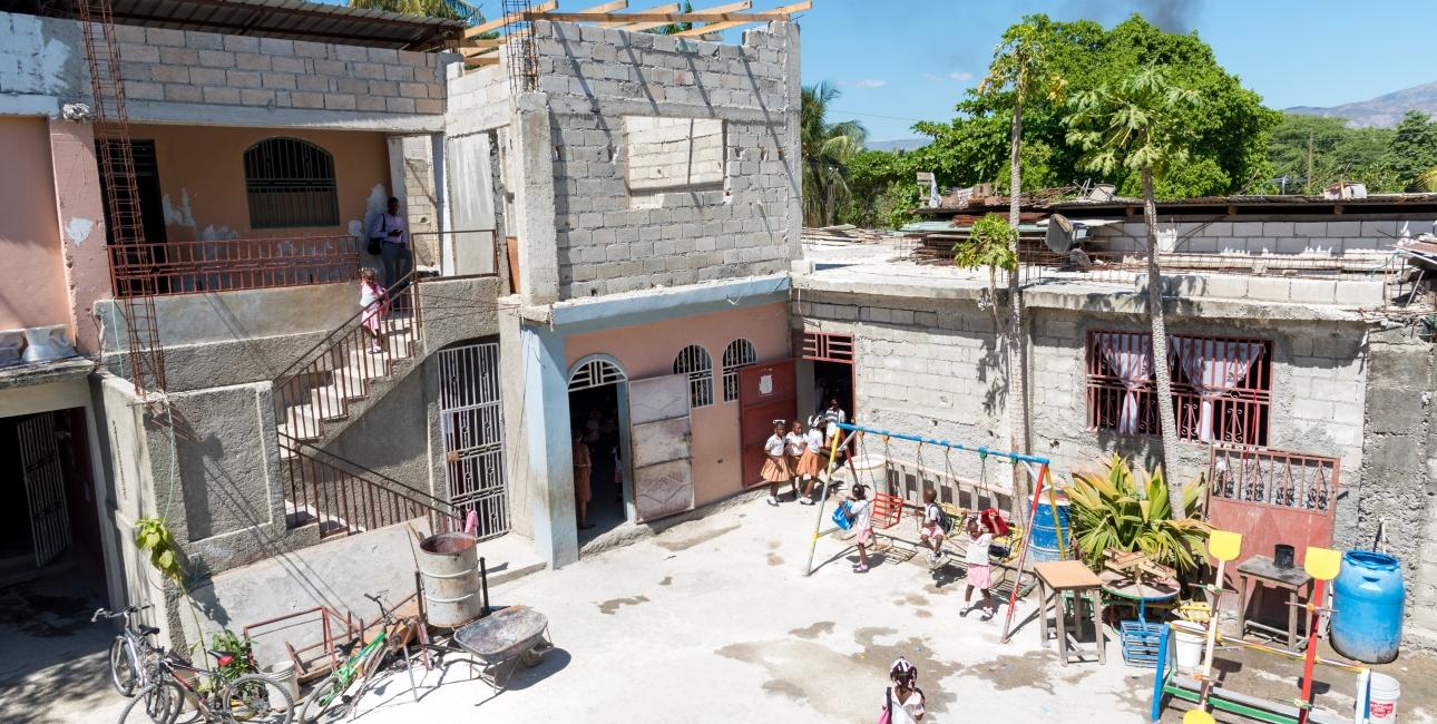 Skolegård, Haiti. Foto: Andrea Rhodes
