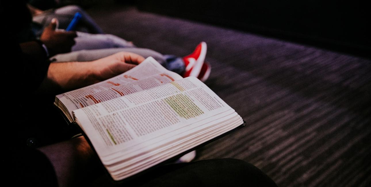 Læs Bibelen sammen. Foto: Unsplash.