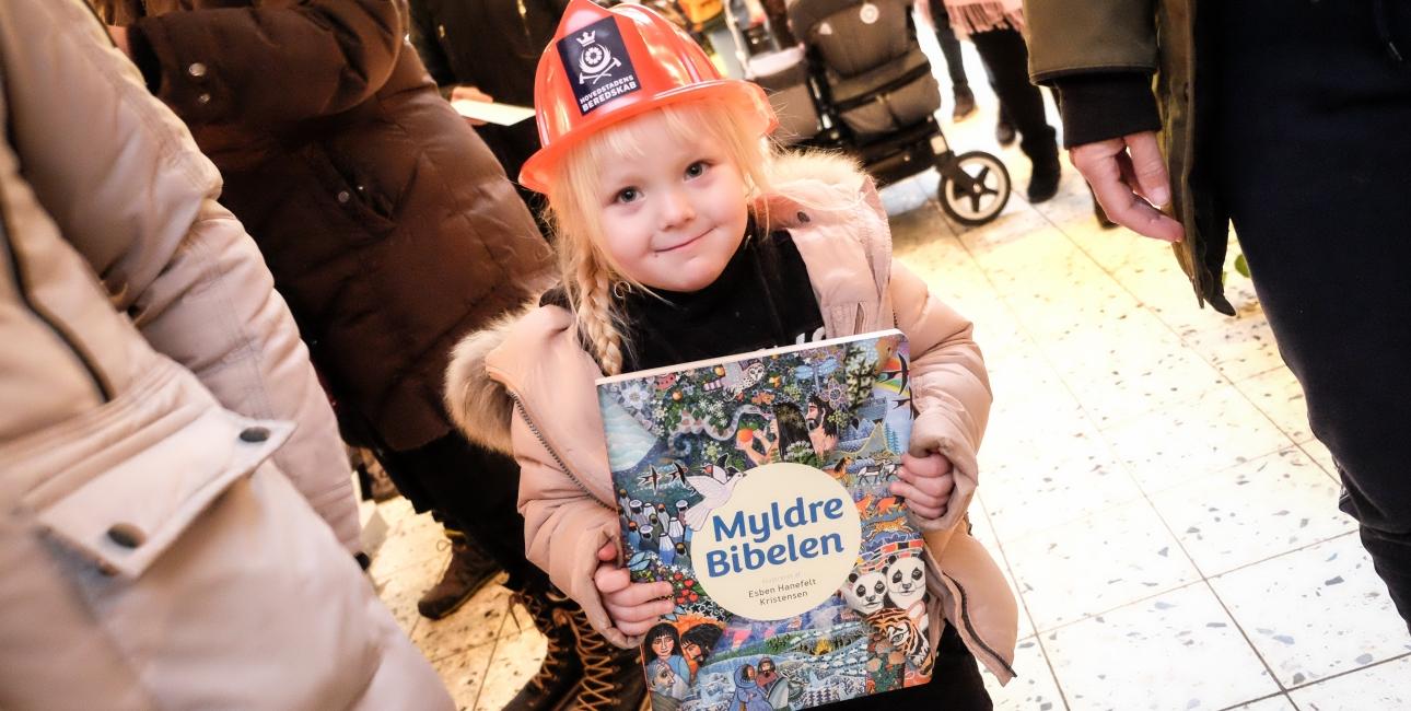 Pige har modtaget Myldremalebibelen i Julehjælp. Foto: Levi Giversen/Rune Hansen