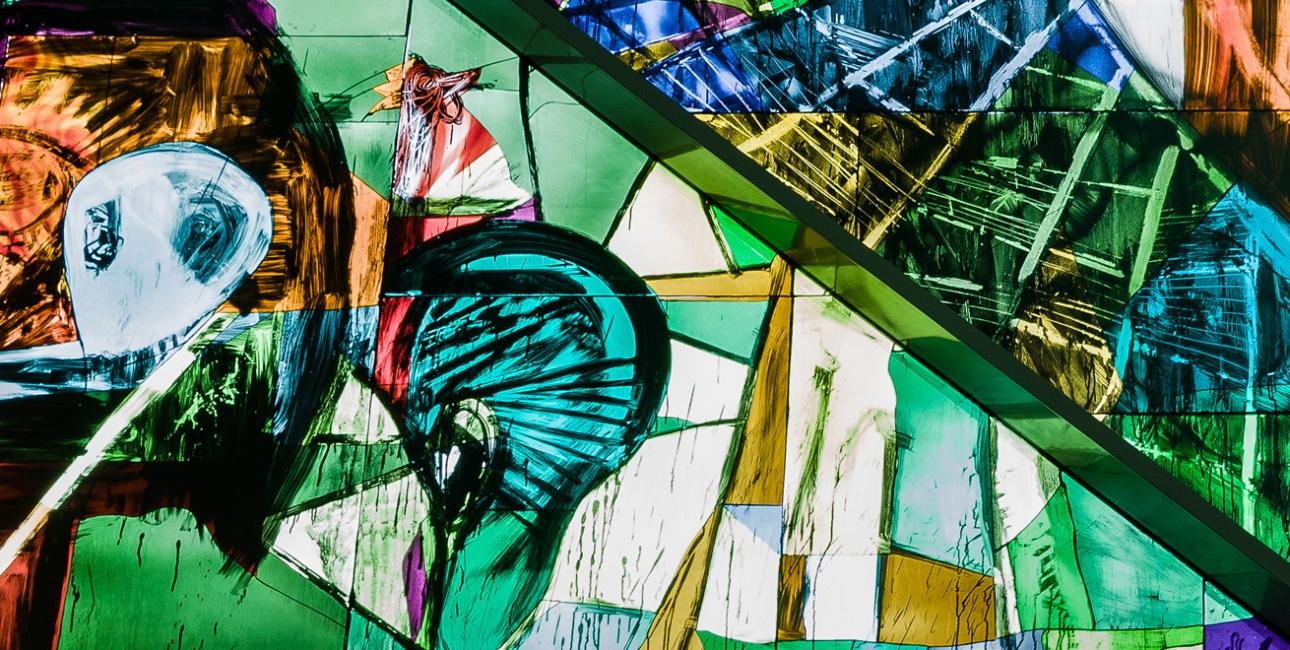 """Det afhuggede øre. Udsnit af Peter Brandes' glasmosaik """"Getsemane Have"""" fra Vejleå Kirke. Foto: Klaus Kofoed."""