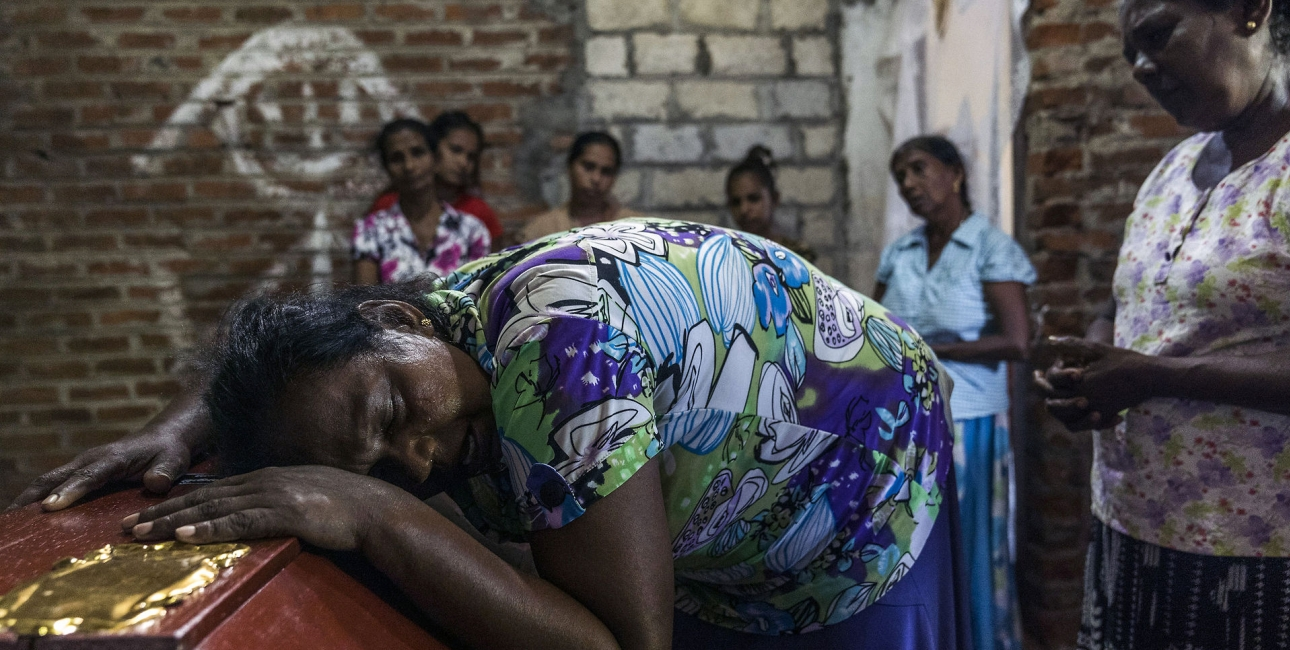 Kvinde i Sri Lanka sørger over sit voldsomme tab påskedag, hvor flere hundrede mennesker mistede livet. Foto: Scanpix.