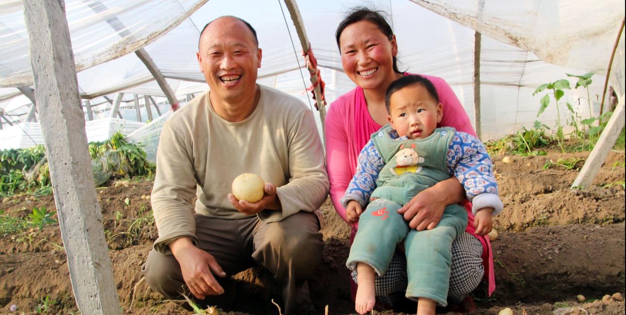 Hou Gangyo + familie. Foto: De Forenede Bibelselskaber