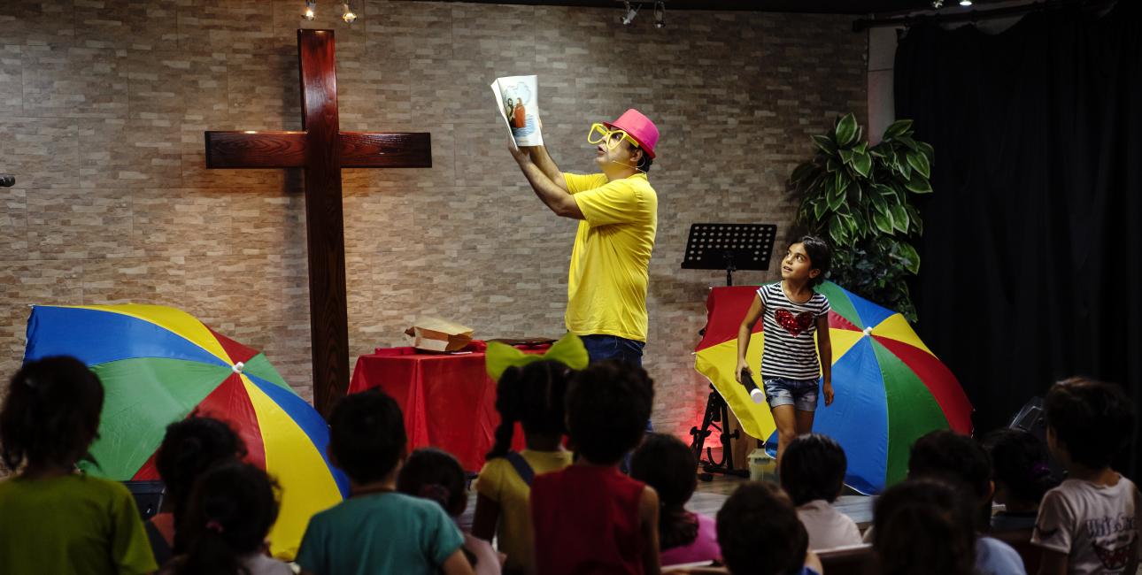 Klovnen Farhan formidler bibelhistorier til flygtningebørn. Foto: les Kaner