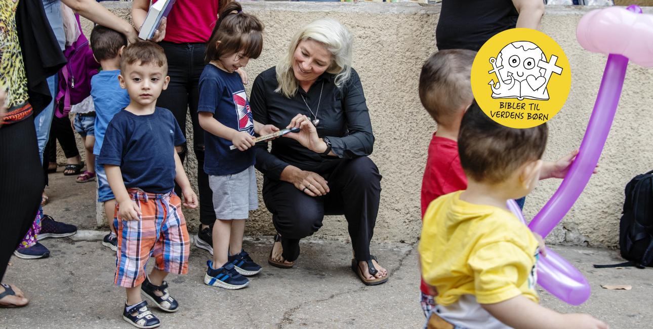 Børnebibler Synne uddeler. Foto: Les Kaner