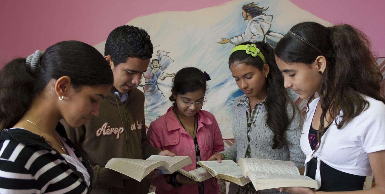 Unge på Cuba læser Bibelen. Foto: UBS