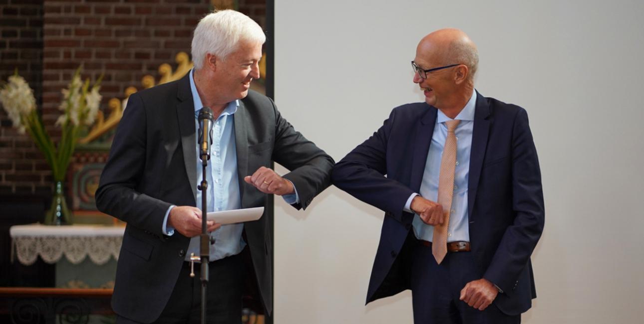 Kurt Johansen (th) modtager Bibelselskabets Pris 2020. Foto: Jesper Noer.