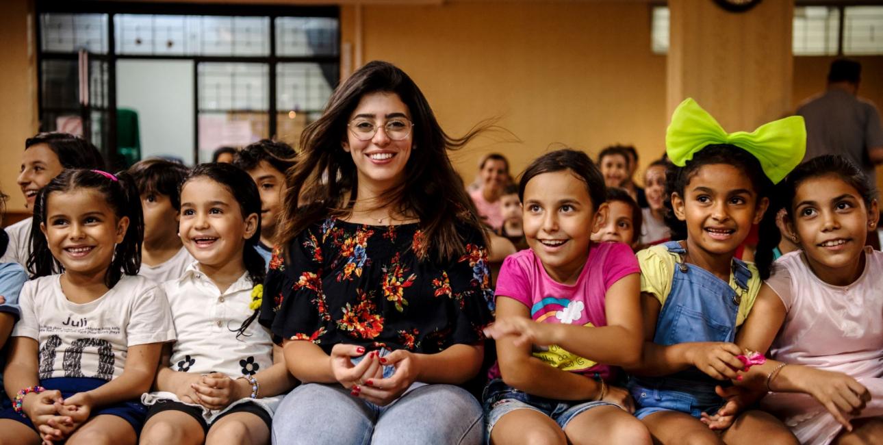 Rita får smilene frem hos flygtningebørn. Foto: Les Kaner
