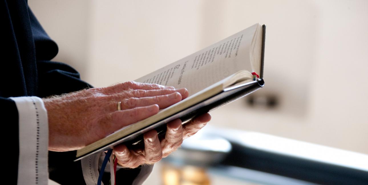 Præst læser fra Bibelen. Foto: Colourbox.
