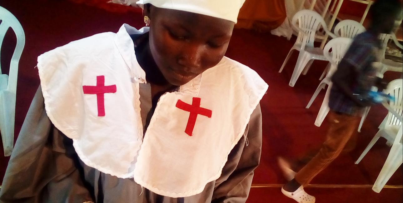 Nonne læser i bibel, Sydsudan. Foto: De Forenede Bibelselskaber