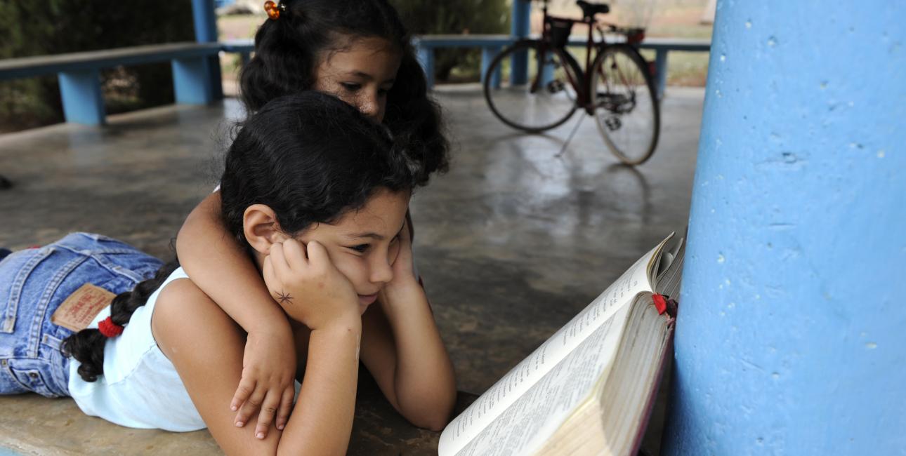 Dreng læse i Bibelen, Cuba.