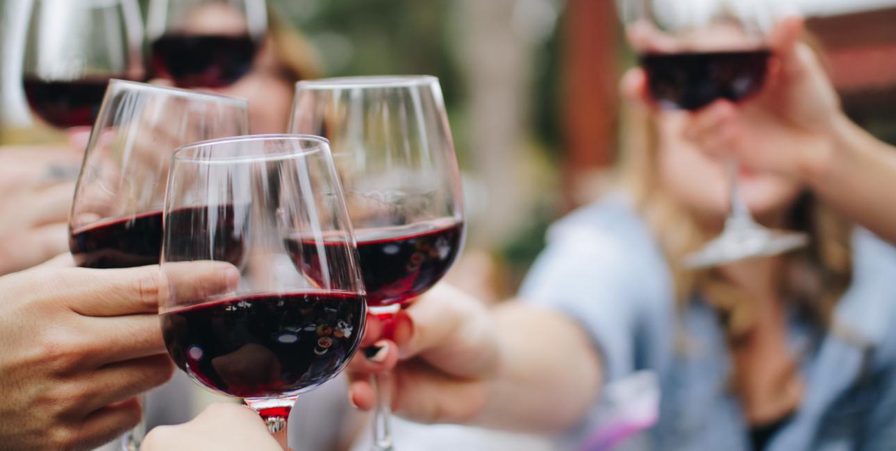 Skåler i vin. Foto: Unsplash.