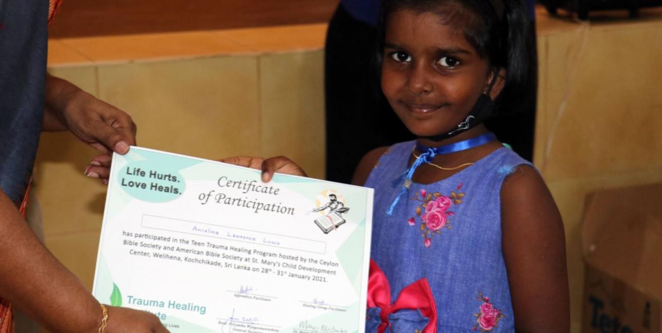 Srilankansk pige får certifikat på bibelsk sjælesorgskursus. Foto: UBS
