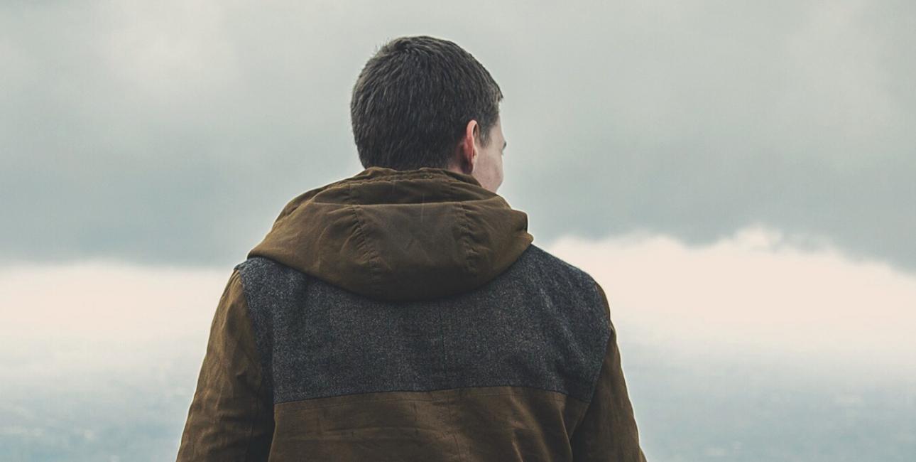 Mand set fra ryggen. Modelfoto, Pixabay.