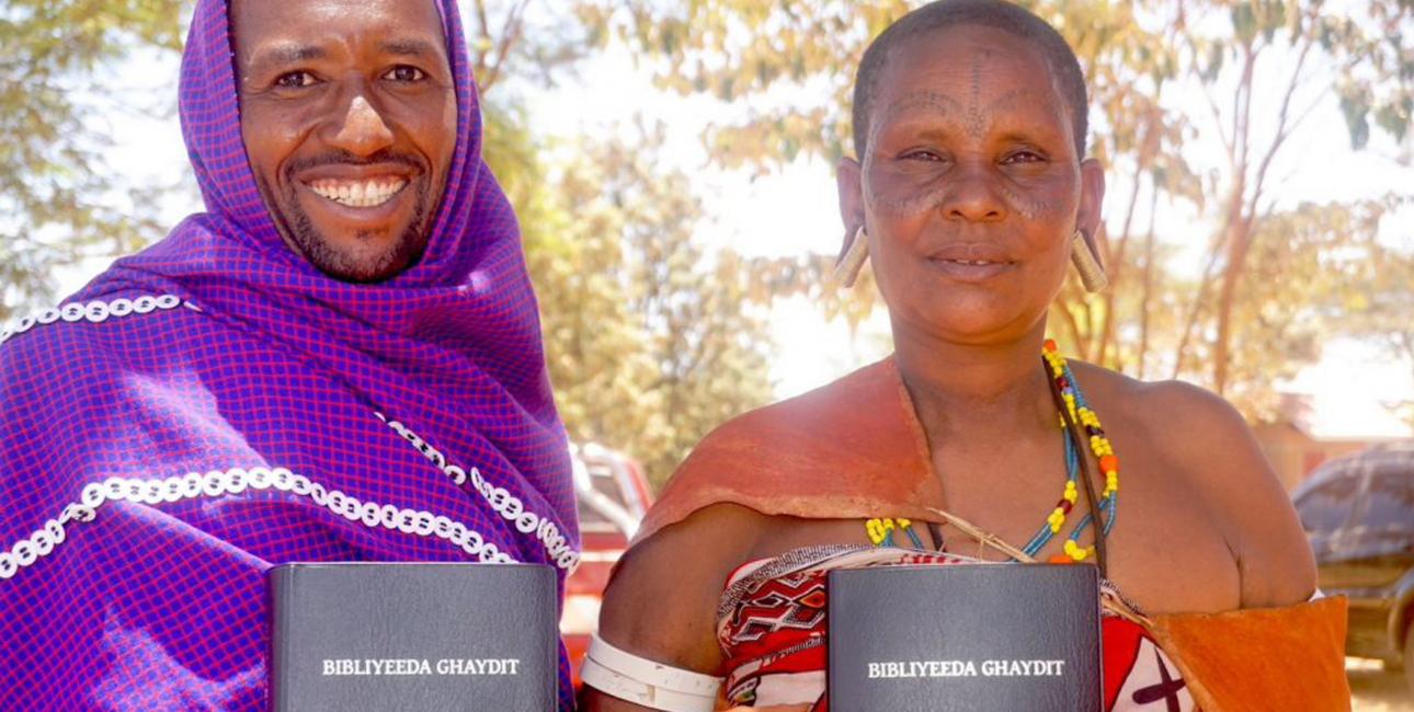 I Tanzania fejrer bror og søster Gidufana Gafufen (til venstre) og Udagayda Mudinangi lanceringen af den første bibel på deres sprog, Datooga. Foto: Andrea Rhodes