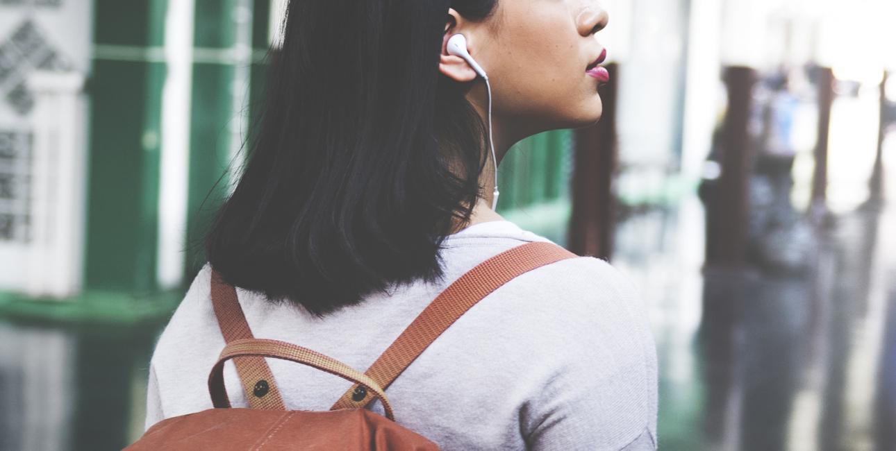Pige med rygsæk og høretelefoner: Foto: Shutterstock.