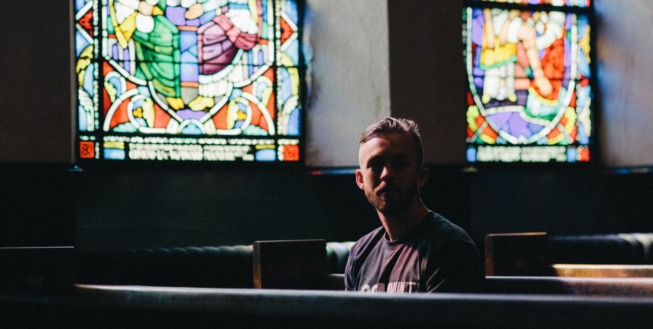 Mand i kirkerum. Foto: Unsplash.