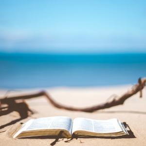 Bibel på strand. Foto: Unsplash.